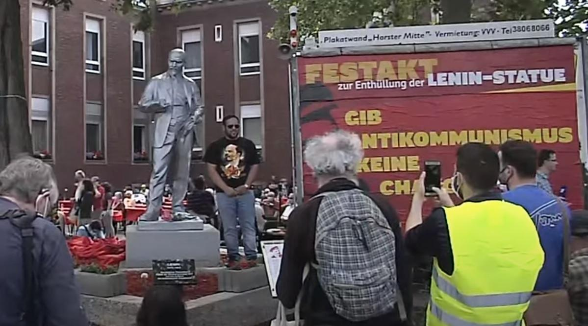 En video-Primera estatua de Lenin erigida en Alemania después de una batalla legal
