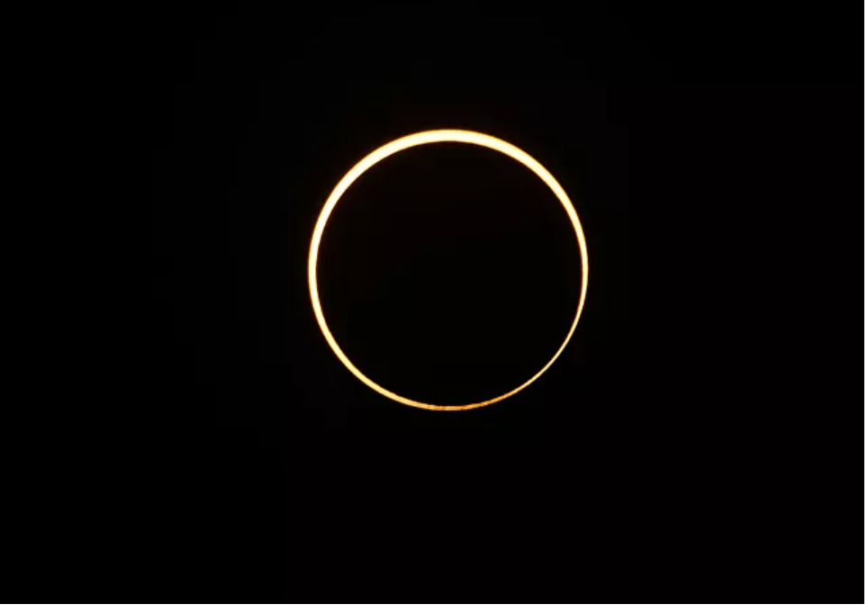 (Video) Video: Eclipse solar parcial visible en el cielo sobre Irán