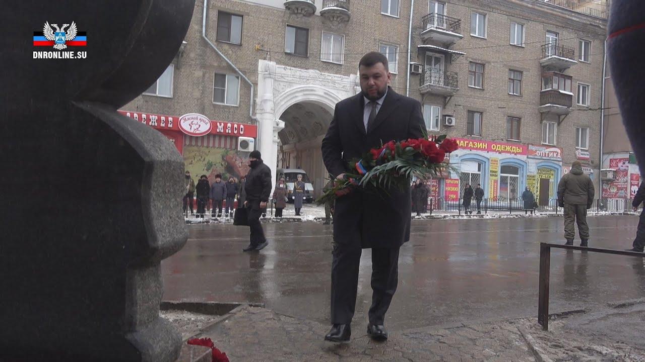 En video-El líder de RPD depositó flores en la escena de la tragedia perpetrada por fuerzas ucranianas en Donetsk en el 2015