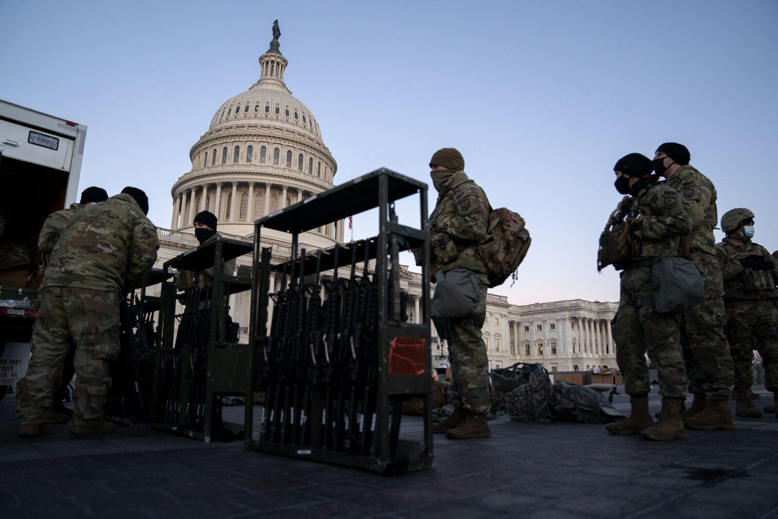 El FBI investiga a las tropas de la Guardia Nacional en Washington en medio del temor de un ataque interno.