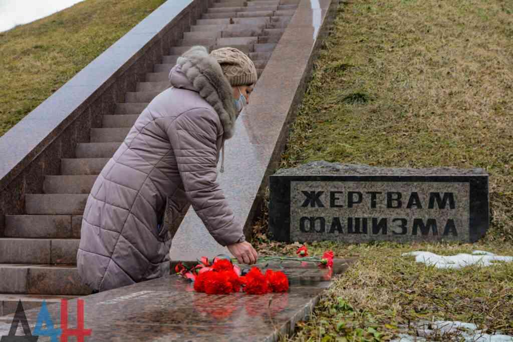 Los residentes de la República Popular de Donetsk conmemoraron a las víctimas del Holocausto con la colocación de flores (+ Fotos)
