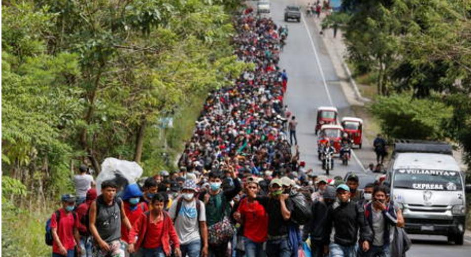 Más de 7.000 inmigrantes se acercan más a la frontera de Estados Unidos mientras Biden promete poner fin a las políticas de asilo de Trump