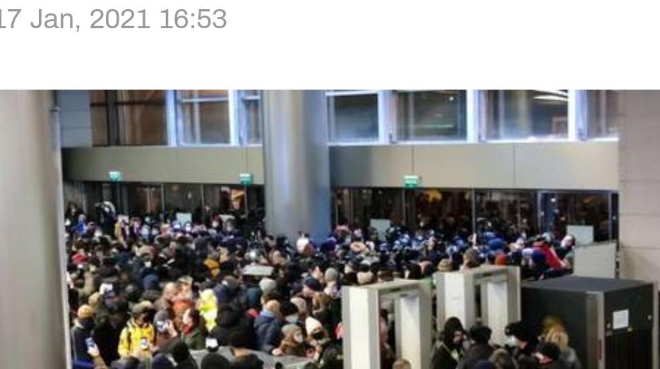 (Video) La policía antidisturbios se encuentra con la multitud fuera del aeropuerto de Moscú mientras se espera que Navalny aterrice en Rusia