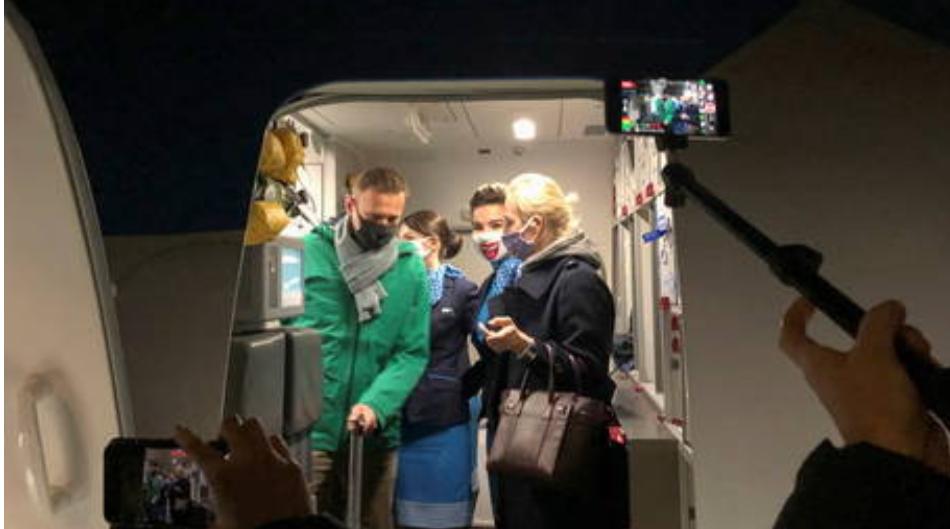 (Video) Vea como el opositor Navalny, abandona el avión en el aeropuerto de Moscú antes de ser detenido