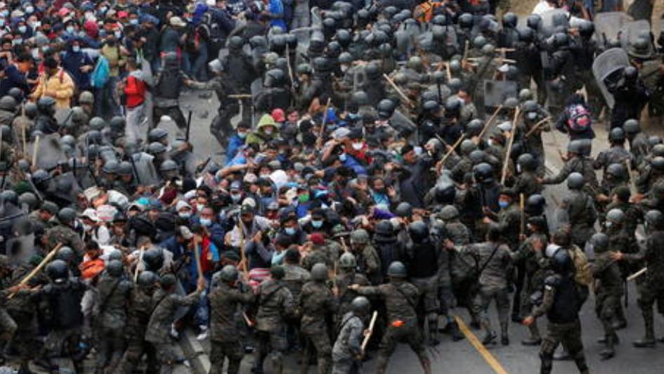 (Video) Caravana masiva de inmigrantes hondureños lucha contra las tropas de Guatemala en su viaje a la frontera de Estados Unidos