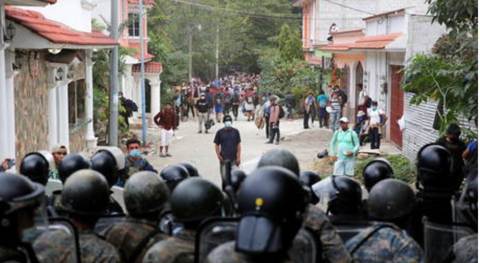 (Video) La policía de Guatemala comienza a limpiar el campamento de caravanas de inmigrantes con destino a Estados Unidos