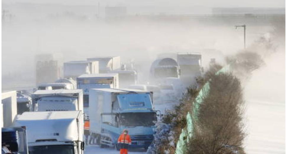 (Video) Las fuertes nevadas causan un choque mortal que involucra a más de 130 autos en la autopista de Japón