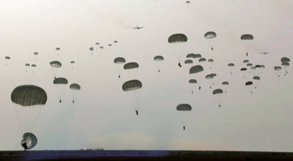 (Video) Comandos y paracaidistas : Ejército de Irán lanza simulacros masivos cerca de la boca del Golfo Pérsico