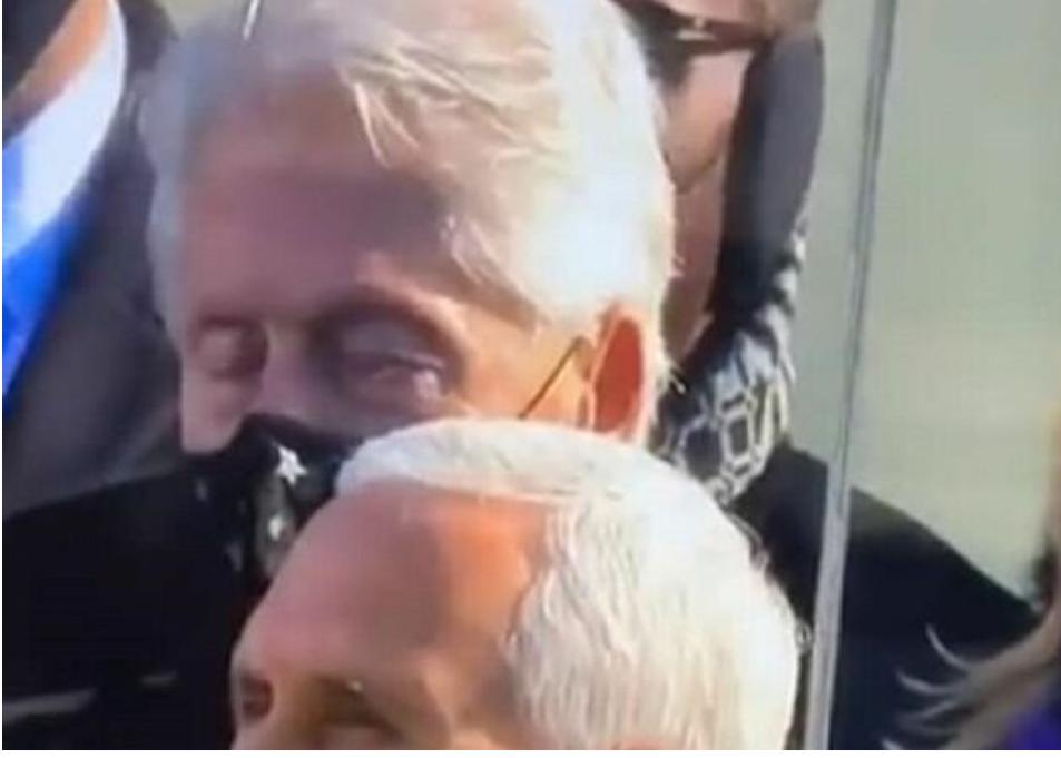 Video: Bill Clinton parece quedarse dormido durante el discurso de la toma de poder de Joe Biden