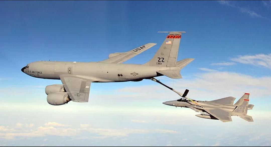 Avión de Taiwán advierte sobre los aviones cisterna estadounidenses que vuelan a solo 250 pies sobre el mar de China Meridional