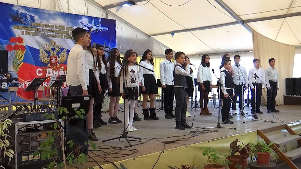 En video-Los escolares sirios cantaron canciones rusas en un concierto en honor al 23 de febrero en Khmeimim