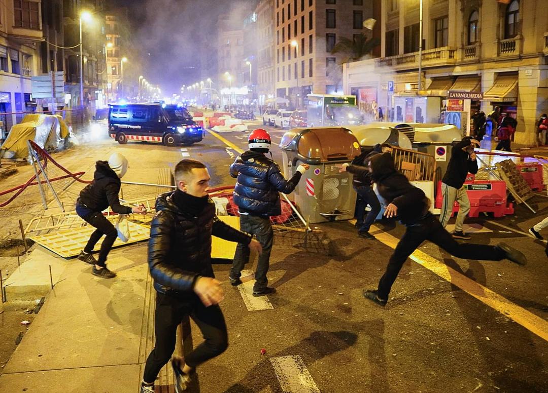 Videos: La policía usa gases lacrimógenos y balas de goma para dispersar a los manifestantes de Pablo Hasel en Madrid, España