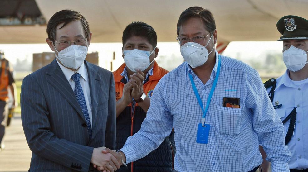 Presidente de Bolivia Luis Arce recibe las vacunas contra la COVID-19 de China