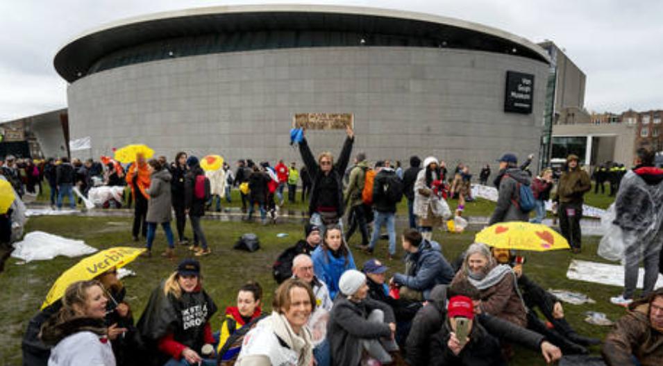 (Video) Policía de Holanda rocía a los manifestantes antibloqueo con cañones de agua después de que la multitud se reúne cerca del Museo Van Gogh