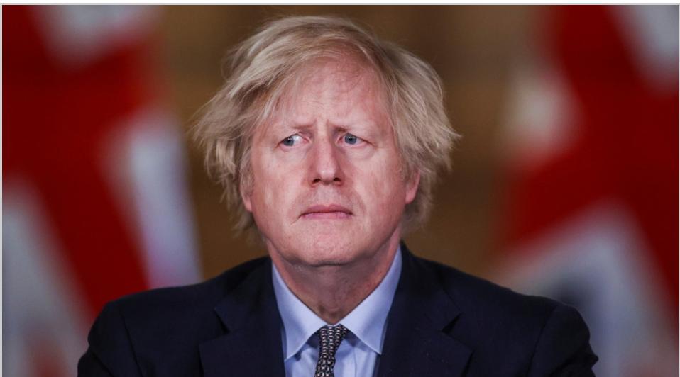 """El plan de pasaporte de vacunas """"discriminatorio"""" de Boris Johnson está en problemas mientras los rebeldes laboristas y conservadores se unen en oposición"""