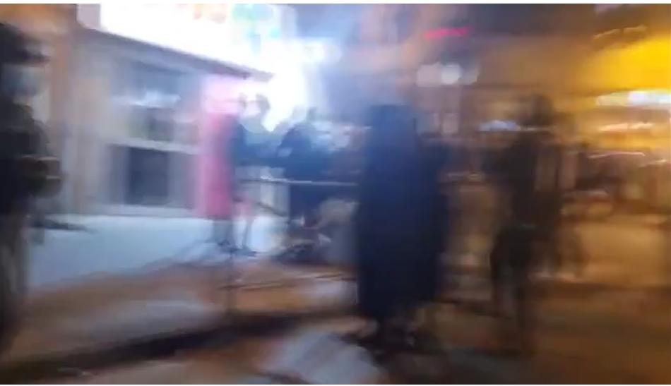 (Video) Judíos ultraortodoxos se pelean con la policía de Jerusalén en medio de una protesta contra la autopsia de un estudiante ahogado