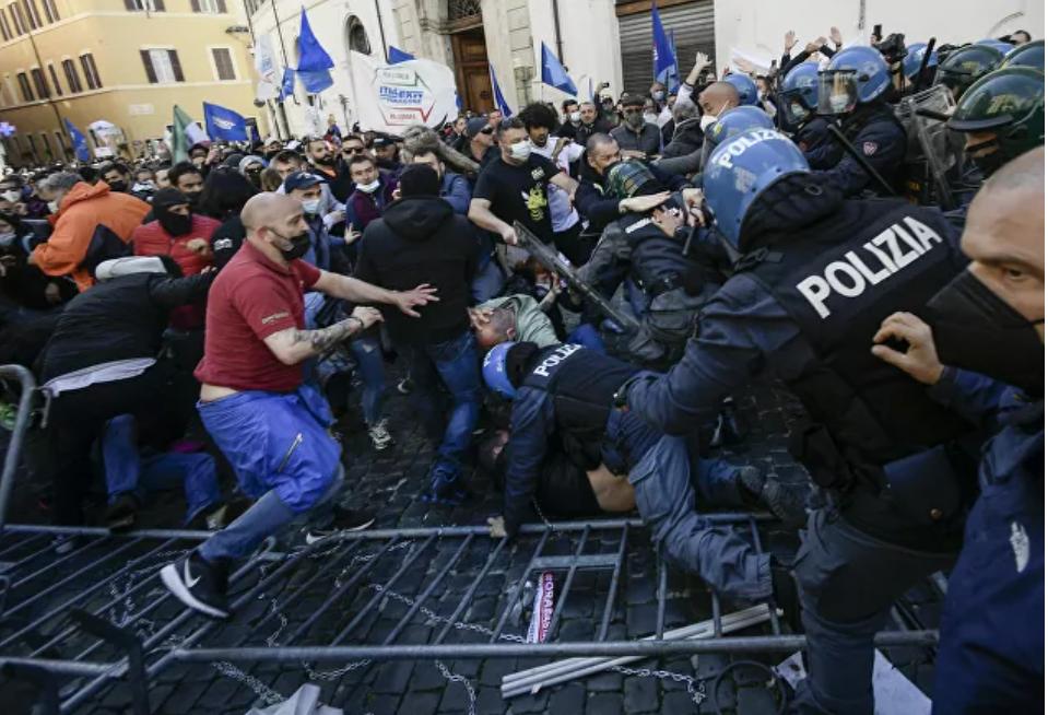 (Video) Oficial de policía de Italia resultó herido cuando las protestas contra las medidas del COVID-19 en Roma se vuelven violentas