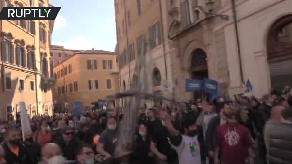 (Video) Vea como los dueños de los negocios chocan con la policía mientras la protesta contra el cierre se vuelve violenta en Roma