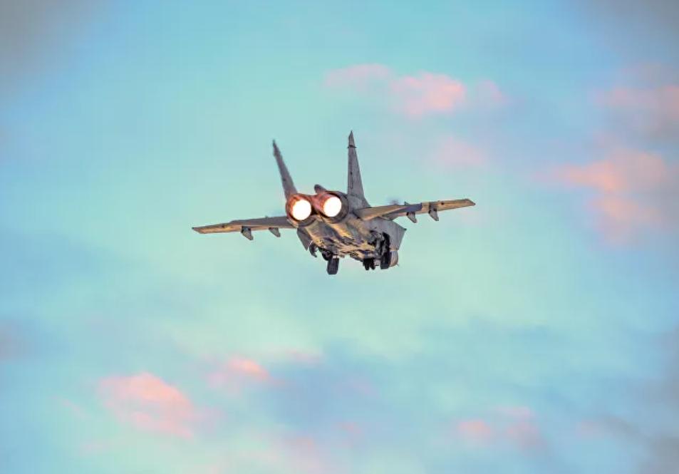 Avión de combate MiG-31 de Rusia intercepta un avión espía de Noruega cerca de su frontera sobre el mar de Barents