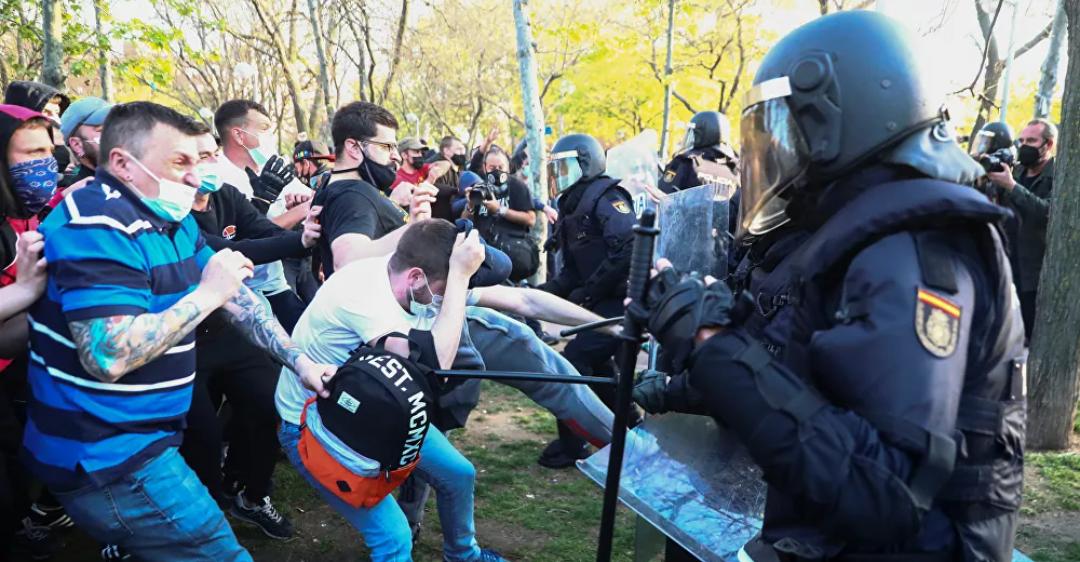 Varios heridos cuando los activistas de izquierda chocan con la policía en un mitin de VOX de derecha en Madrid