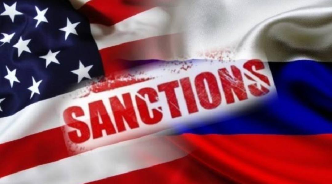 Bloomberg : Estados Unidos podría expulsar a los diplomáticos rusos e imponer nuevas sanciones contra Rusia