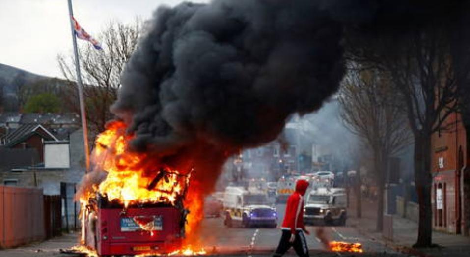(Video) Autobús incendiado por una bomba de gasolina mientras circula por la carretera de Belfast en medio de las continuas protestas de Irlanda del Norte
