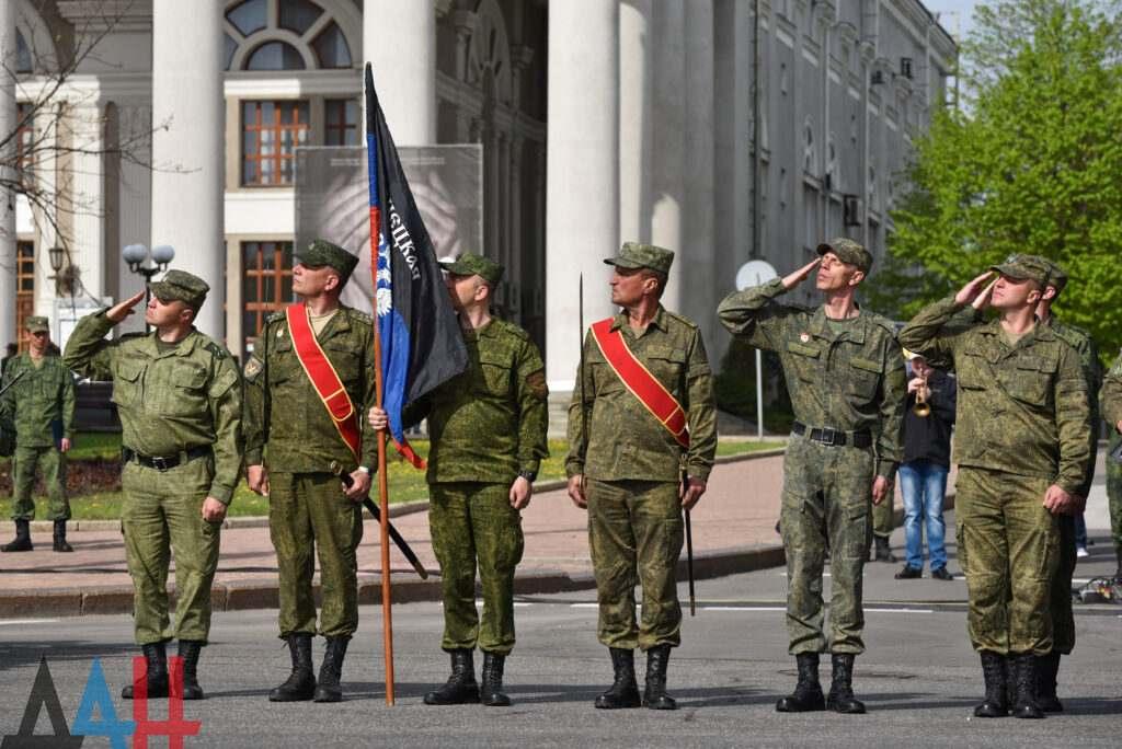 En fotos-El ensayo para el desfile militar del 9 de mayo tuvo lugar en la plaza Lenin de Donetsk