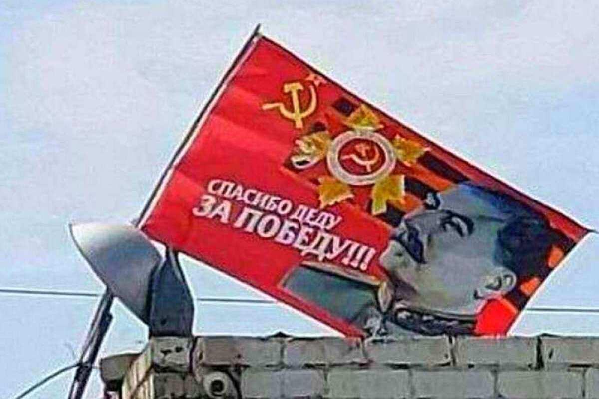 En video-Buscan un temerario: una bandera con un retrato de Stalin y una cinta de San Jorge ondearon en una ciudad de Ucrania durante dos días