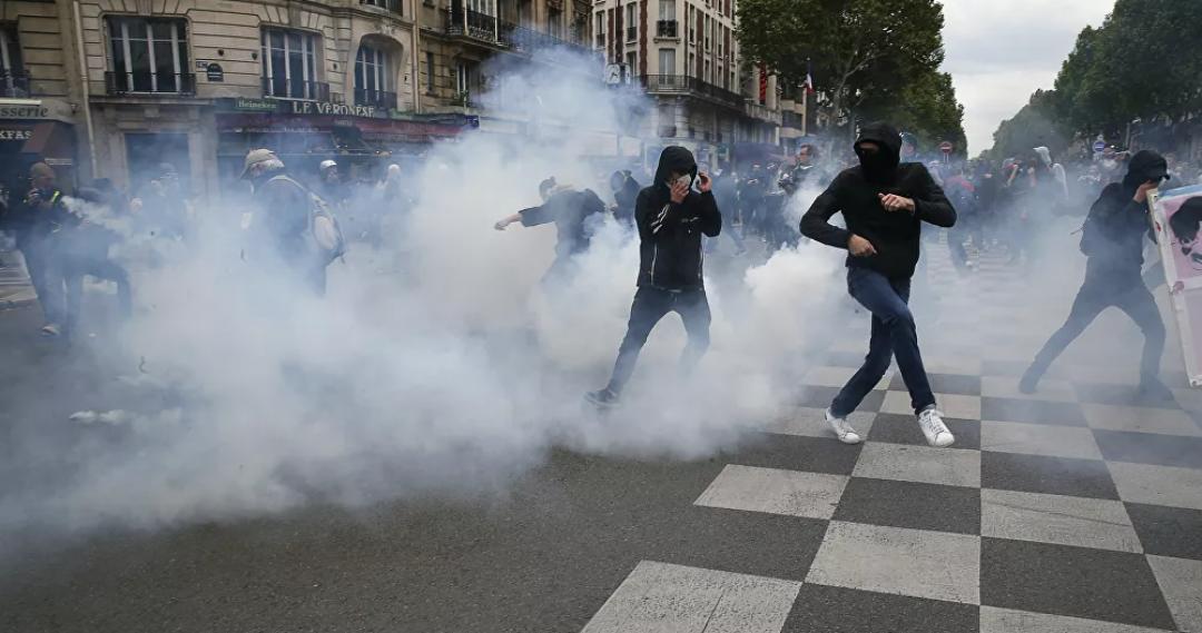 (Video) La policía de París dispara gases lacrimógenos contra los manifestantes de los chalecos amarillos en las protestas del 1 de mayo en Francia
