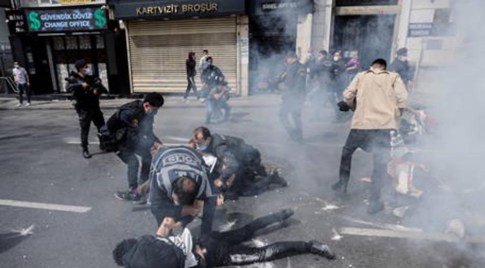(Video) Más de 200 detenidos mientras los manifestantes del Primero de Mayo desafían el bloqueo del coronavirus en Turquía
