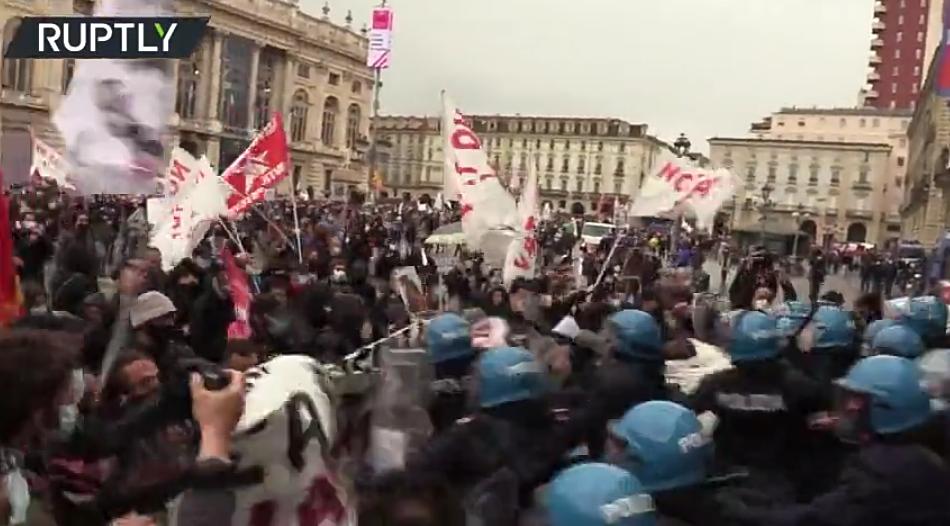 (Video) Manifestantes chocan con la policía, instalan guillotina con la figura del Ministro en Turín, Italia, en medio de la protesta del Primero de Mayo