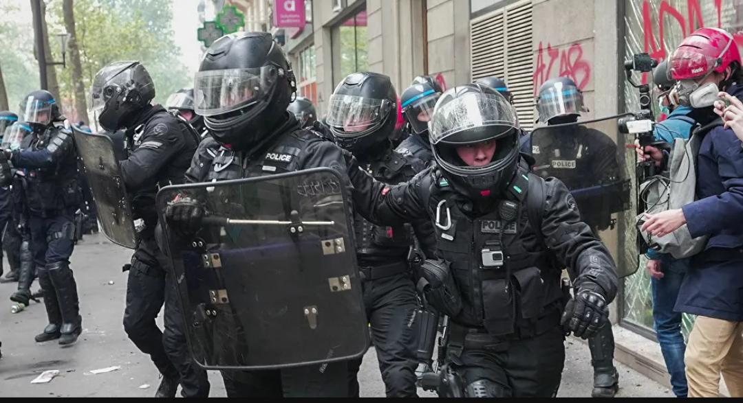 (Video) Tres agentes de policía resultaron heridos durante las manifestaciones del Primero de Mayo en París Francia