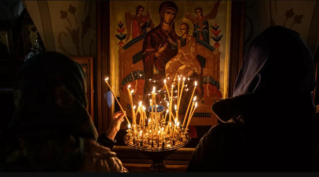 (Video) Vea al presidente Putin de Rusia llegar a la catedral de Moscú para el servicio ortodoxo de Pascua