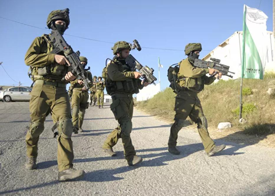 (Video) Soldados israelíes disparan contra mujer que empuñaba un cuchillo