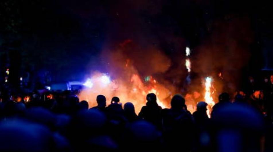 Se reportan al menos 93 policías heridos, más de 350 manifestantes arrestados durante el caótico Primero de Mayo en Berlín Alemania