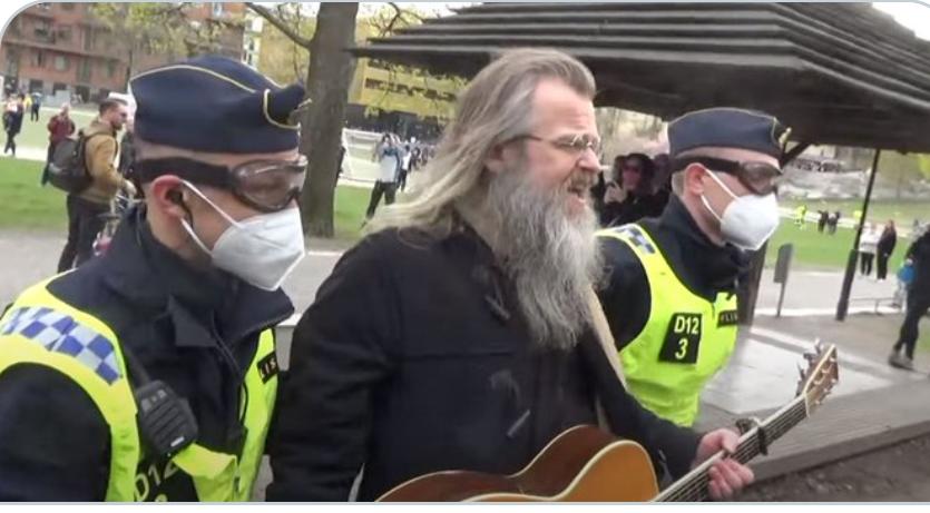 (Video) El guitarrista de Roxette ganador del Grammy arrestado en una protesta de libertad contra las restricciones de COVID-19 en Suecia
