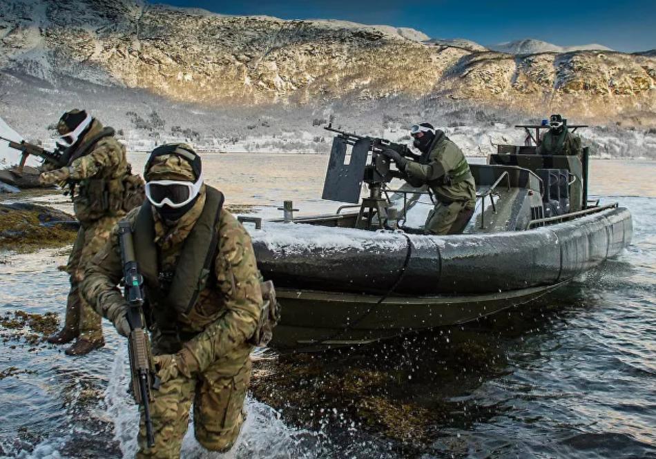 (Video) Vea a los Marines del Reino Unido probando el traje volador durante el simulacro de abordaje naval