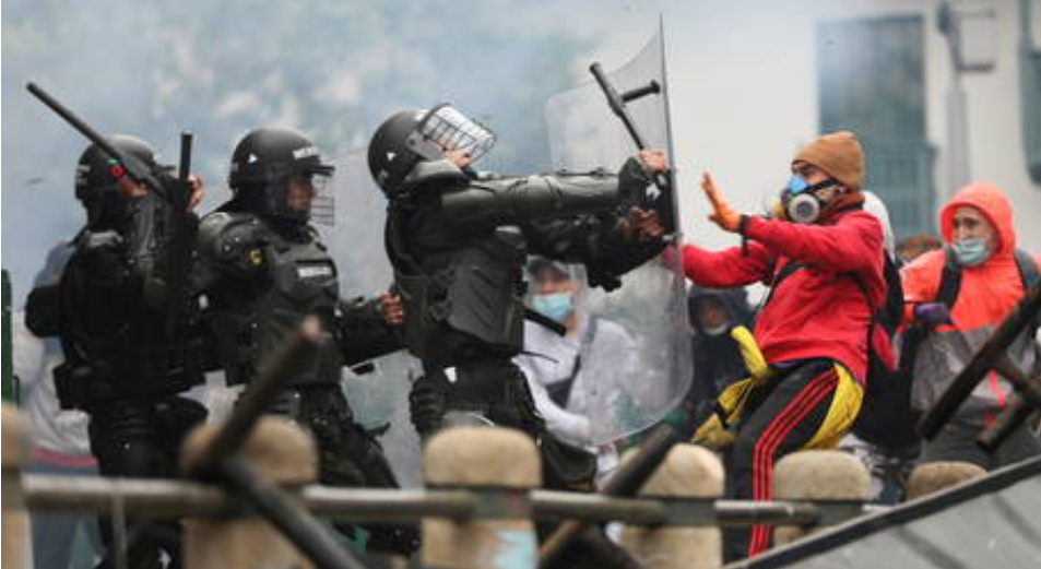 (Video) ''Alto a la masacre'' : Continúan las protestas en Colombia después de que más de 27 manifestantes han muerto en los enfrentamientos con la policía