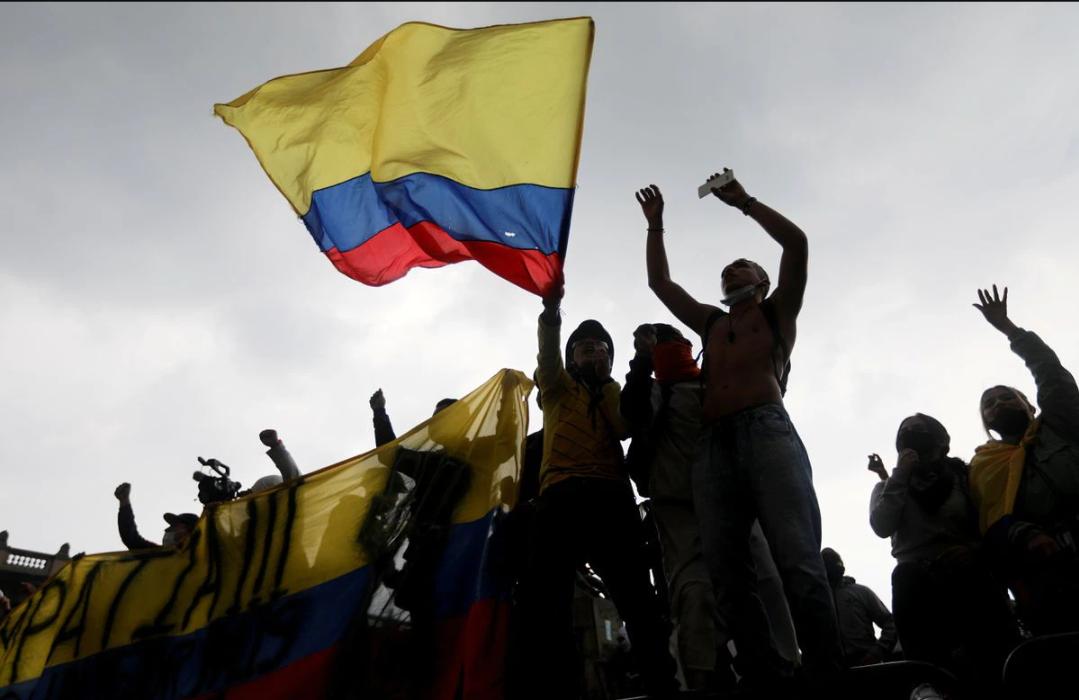 Gobierno de Duque de Colombia culpa a los grupos armados por la violencia en las protestas y no dice cuantos manifestantes han muerto
