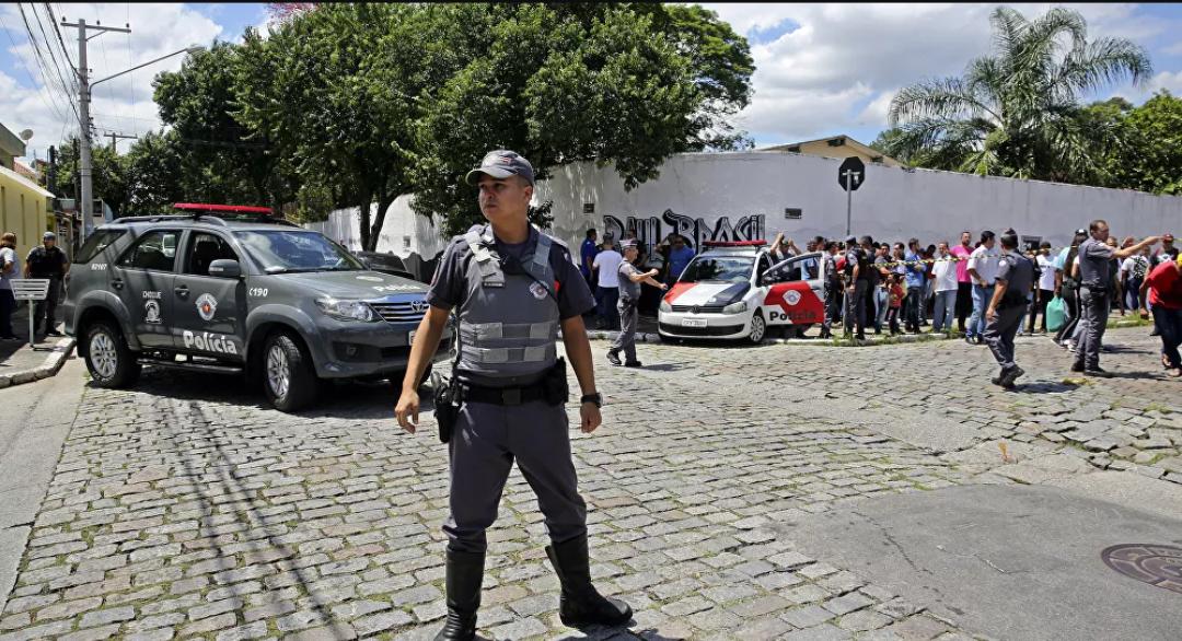 Joven mata a tres niños y a dos maestras con un machete en el sur de Brasil : Informes