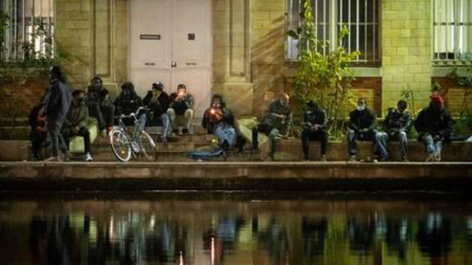 (Video) La policía de Francia investiga incidentes de fuegos artificiales en París después de que los vigilantes atacaran a los consumidores de drogas