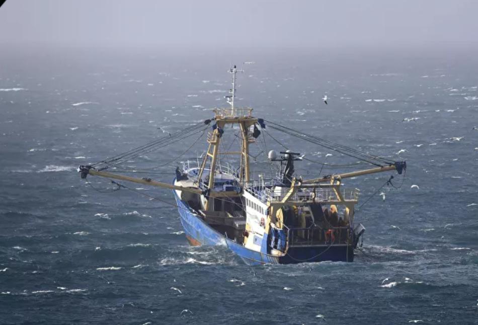 Video: Barco de Francia embiste a un barco del Reino Unido frente a Jersey mientras aumenta la tensión en la pesca