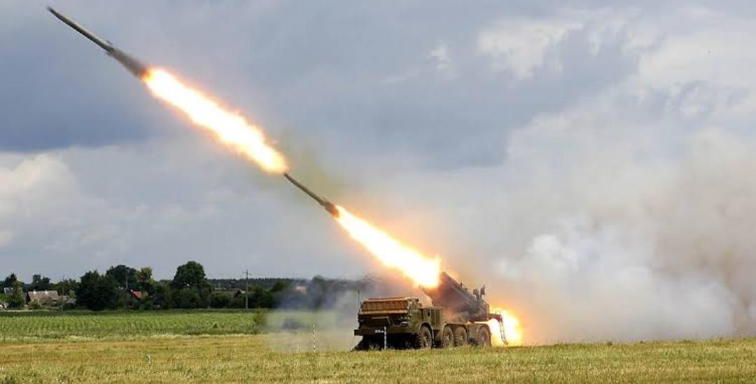 Fuerzas Armadas de Ucrania disparan lanzacohetes múltiples Uragan en simulacros cerca de Crimea