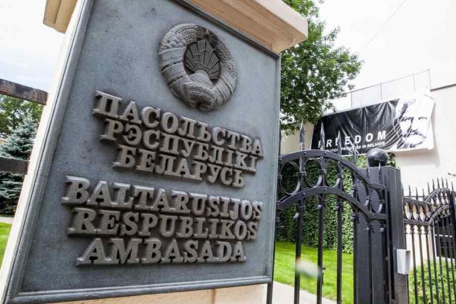 """En Lituania, desconocidos escribieron """"terrorista"""" en la valla de la embajada de Bielorrusia"""