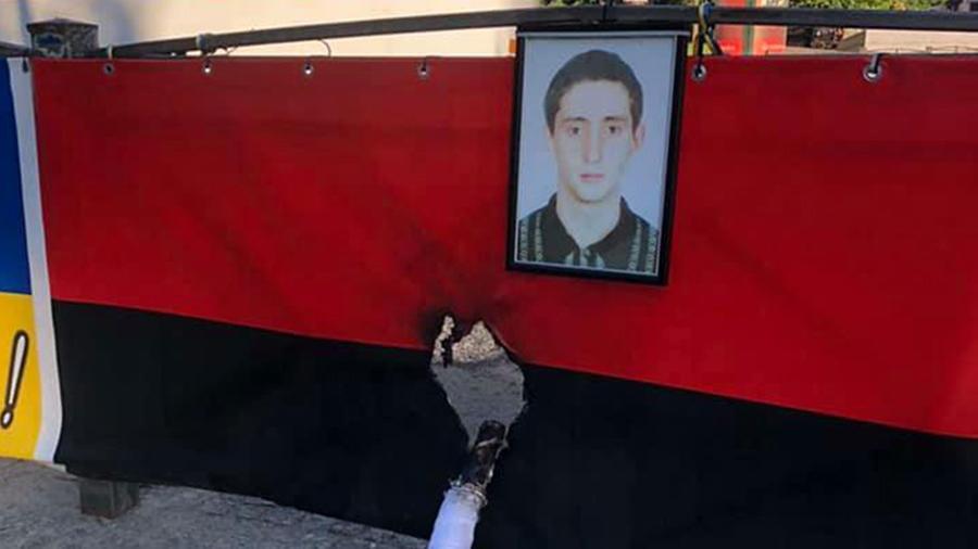 """Personas desconocidas prendieron fuego a la bandera de la organización extremista ucraniana del """"Sector Derecho"""" en el centro de Odessa"""