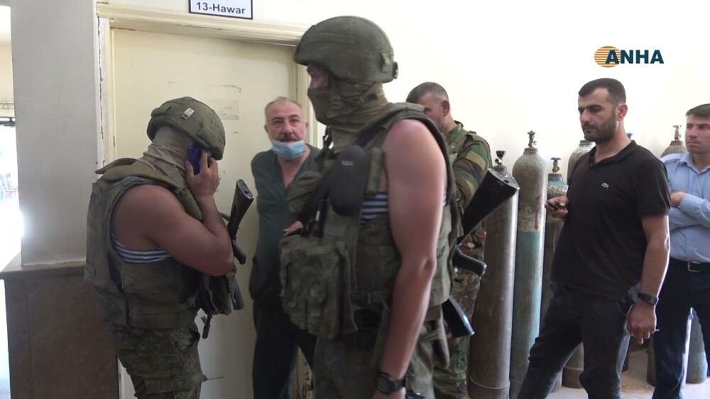 En video-Una explosión de una mina terrestre mató a un militar ruso e hirió a otros en el noreste de Siria
