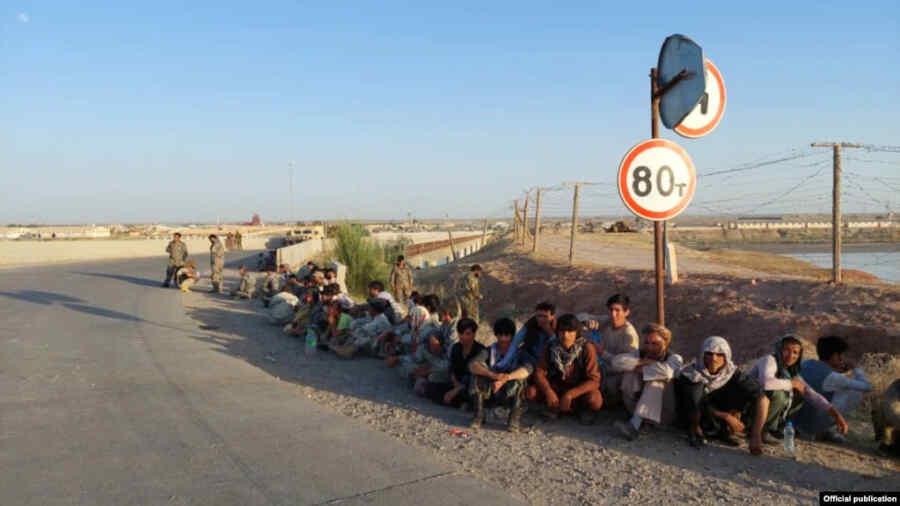 134 soldados afganos huyeron a Tayikistán después de que los talibanes capturaran un distrito fronterizo