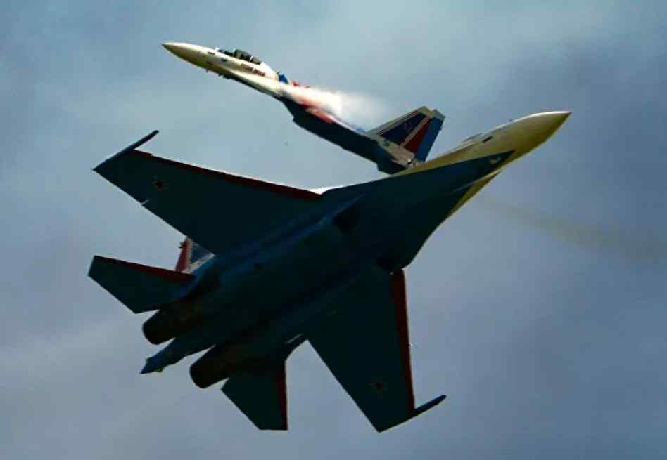 Avión de combate Su-35 de Rusia escolta un avión de reconocimiento estratégico de Estados Unidos sobre el Océano Pacífico