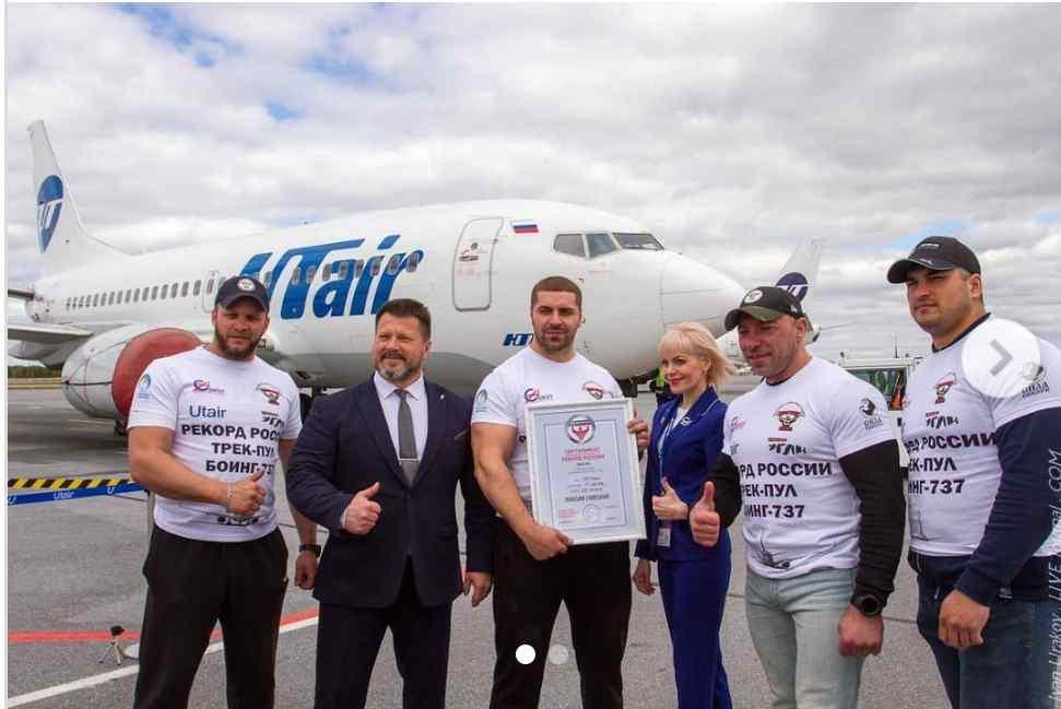 (Video) Fisicoculturista de Siberia tira de un avión Boeing 737-500 de 40 toneladas a 15 metros y rompe el récord establecido del 'Hombre más fuerte' de Rusia en varias ocasiones