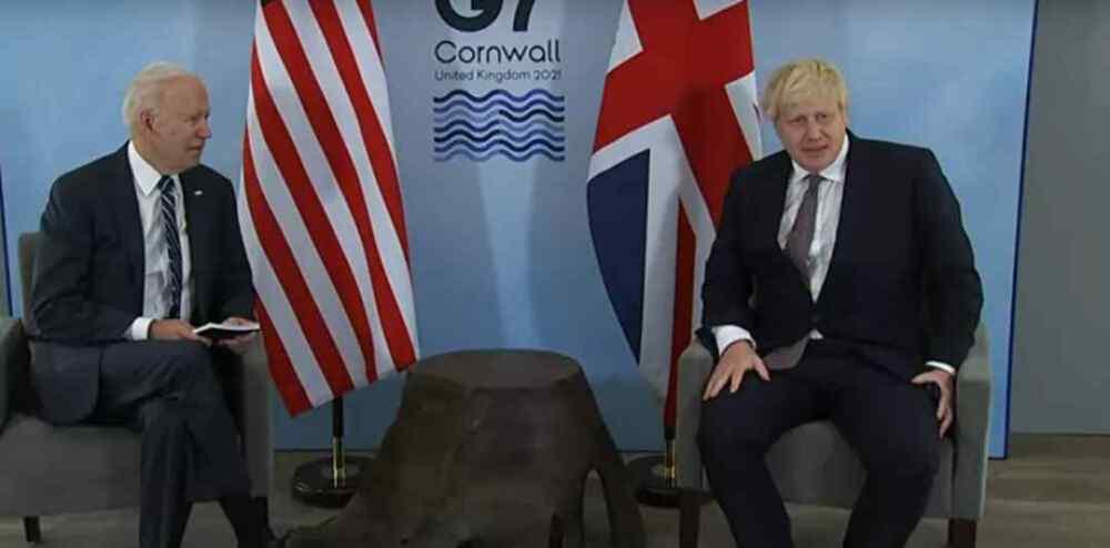 """(Video) Vea a Boris Johnson congelarse mientras Biden bromea sobre estar """"emocionado"""" de conocer a su nueva esposa"""